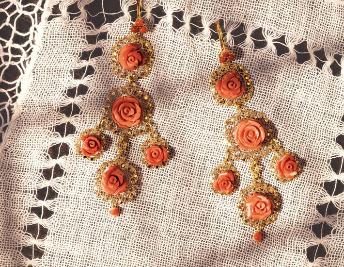 Филигранные серьги из18-каратного золота с коралловыми розами
