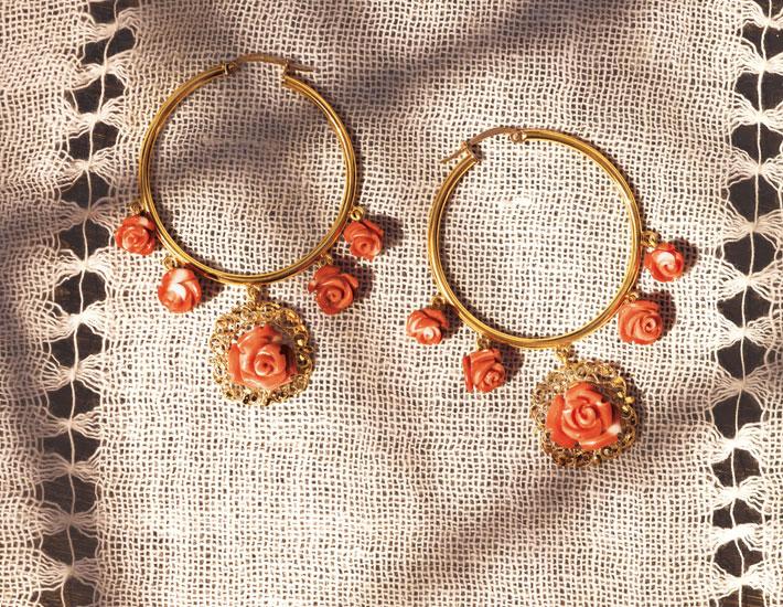 Филигранные серьги-кольца из 18-каратного с коралловыми розами