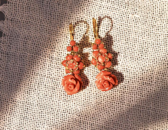 Филигранные серьги-кулоны из 18-каратного золота с коралловыми розами