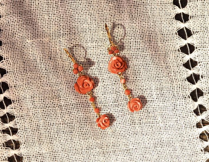 Филигранные серьги из 18-каратного золота с розовыми коралловыми розами и цветами