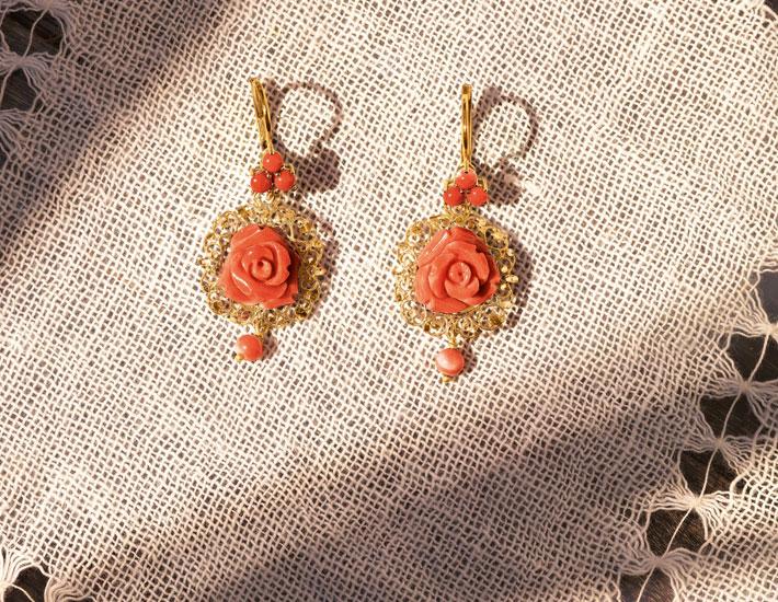 Филигранные серьги из 18-каратного золота с розовыми коралловыми розами