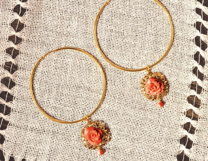 Большие филигранные серьги-кольца из 18-каратного золота с розовыми коралловыми розами