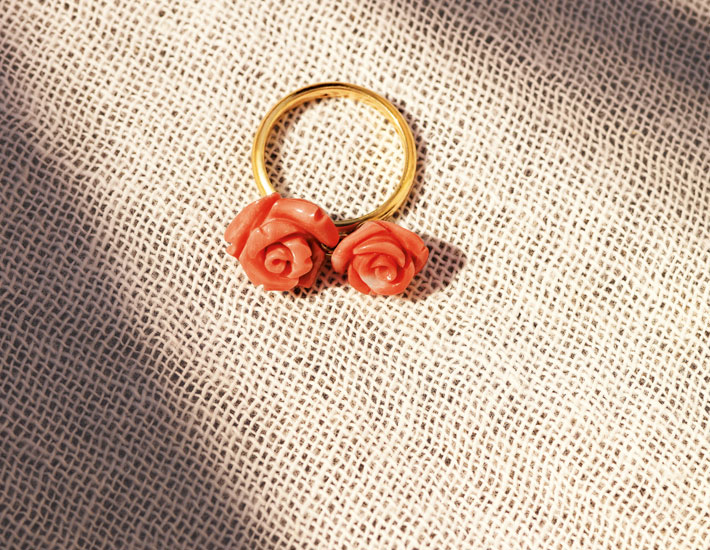 Филигранное кольцо из 18-каратного золота с двумя розовыми коралловыми розами