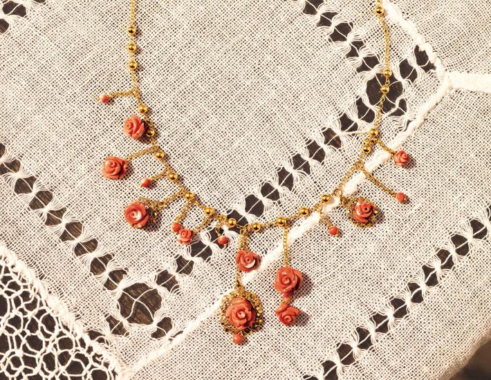 Филигранное колье из 18-каратного золота с розовыми коралловыми розами