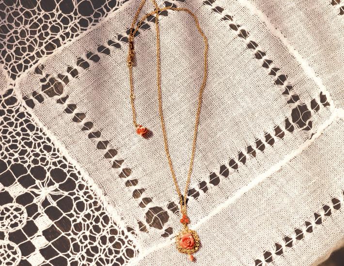 Филигранное колье из 18-каратного золота с кулоном из коралловой розы