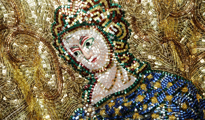 D&G создали коллекцию по мотивам византийской мозаики.  Мозаичные принты, сложнейшие вышивки бисером, кружева.