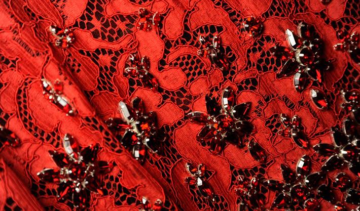 Красное кружево и цветы из кристаллов
