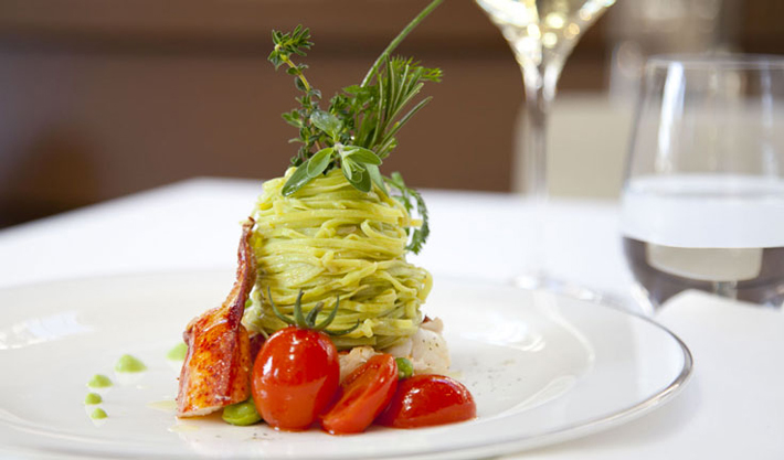Пряные спагетти с лобстером, помидорами и свежими бобами