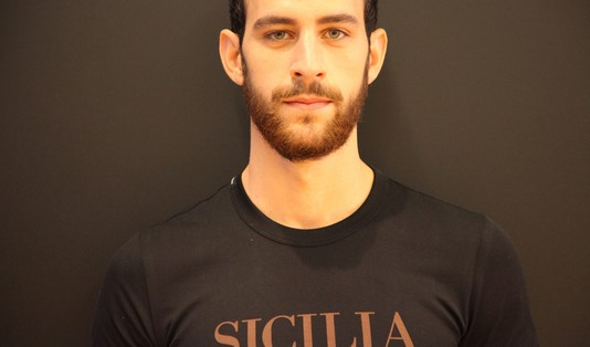 models-backstage-dolce-gabbana-ss-2014-men-fashion-show-black-t-shirt