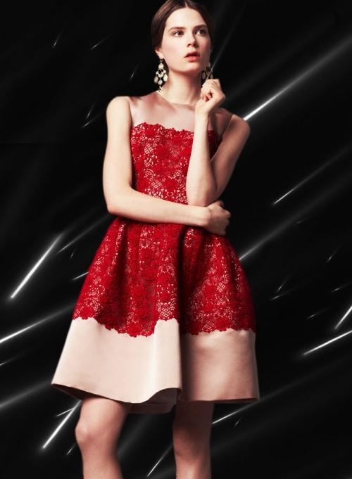 Dolce&Gabbana FW14, атласное платье с красной кружевной аппликацией