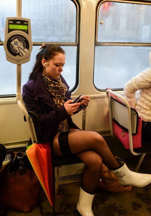 Под юбкой у телок в общественном транспорте