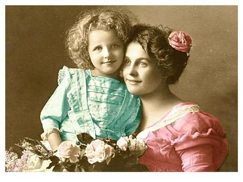 Женщина с детьми открытка