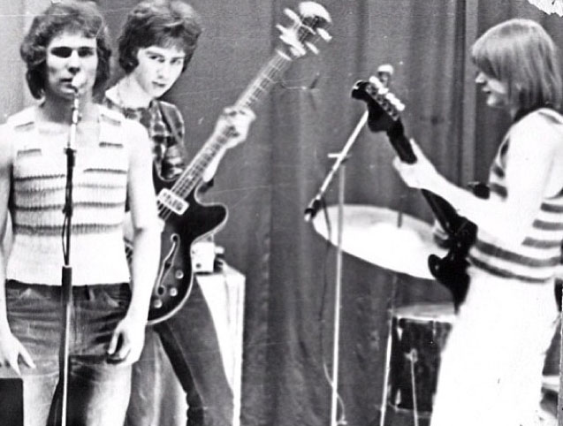 1973. Сюткин - с бас-гитарой. Источник: instagram