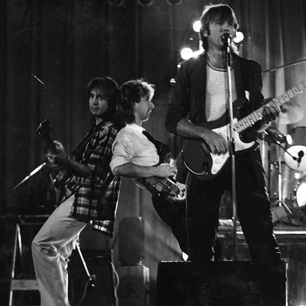 """Группа """"Зодчие"""". У микрофона с гитарой - Ю.Лоза, в центре, с бас-гитарой - В.Сюткин. Источник: instagram"""