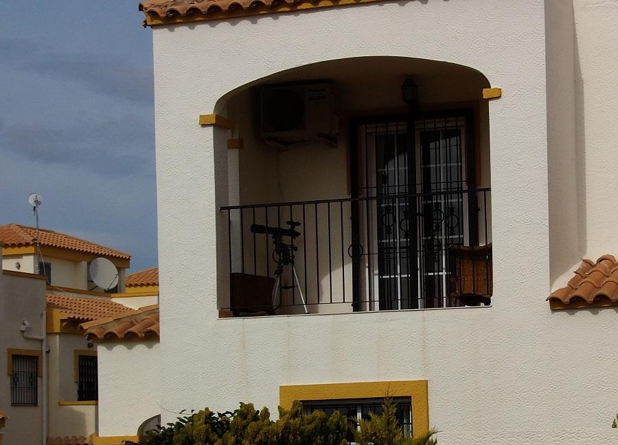 балкон с телескопом