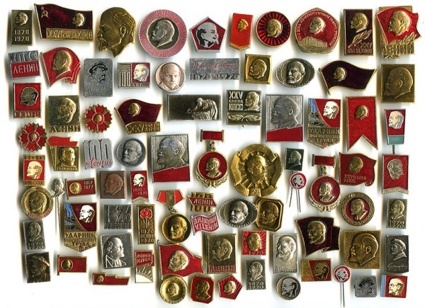 В какую сторону смотрит Ленин на советских значках