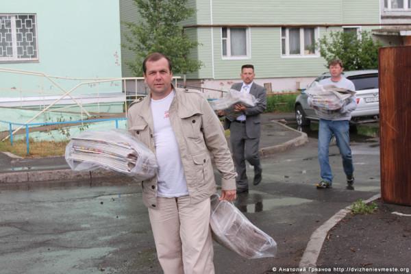 Доможировы и Евгений Молотов сдают макулатуру (3)