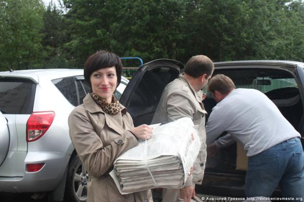 Доможировы и Евгений Молотов сдают макулатуру (4)