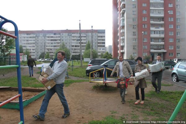Доможировы и Евгений Молотов сдают макулатуру
