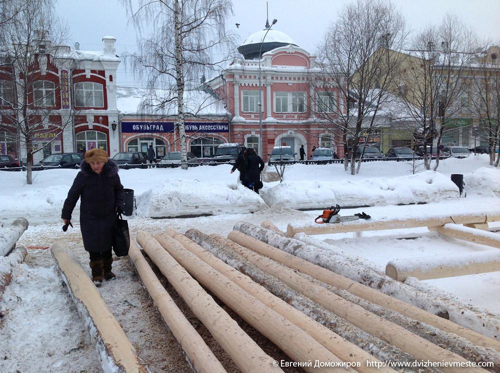 Строительство большой горки на Масленицу в Вологде