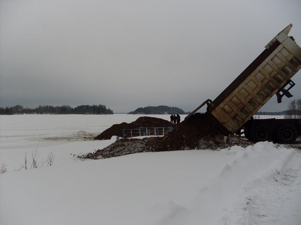 Берег реки в селе Горицы Кирилловского района, незаконное строительство