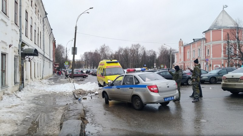 Вологда. 1 школа убийственный снег.jpg