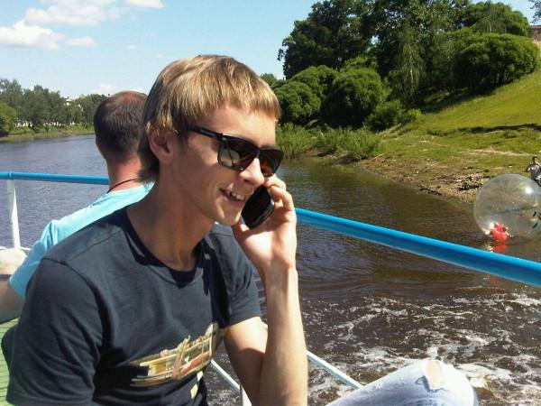 Денис Белов с телефоном