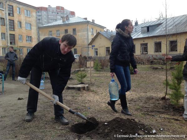 Анатолий Грязнов на посадке дерьвьев на Пролетарской 75