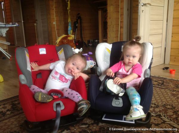 Катя и Настя Доможировы в новых креслах