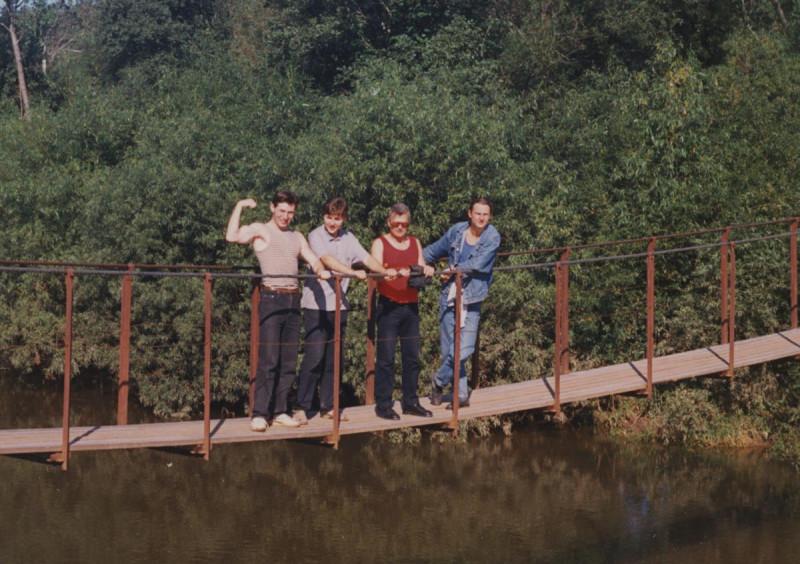 1994 год. В пионерлагере под Вяткой. Лимонов - в красной майке