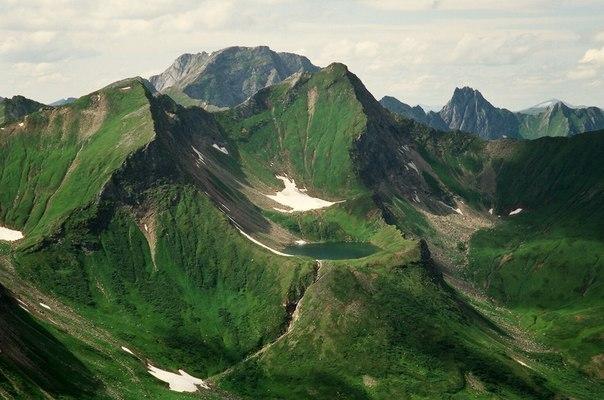 Горное озеро в долине реки Тоенки, Красноярский край, Россия