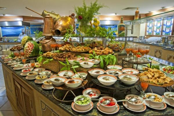 Почему русские так много едят в отелях на шведском столе?