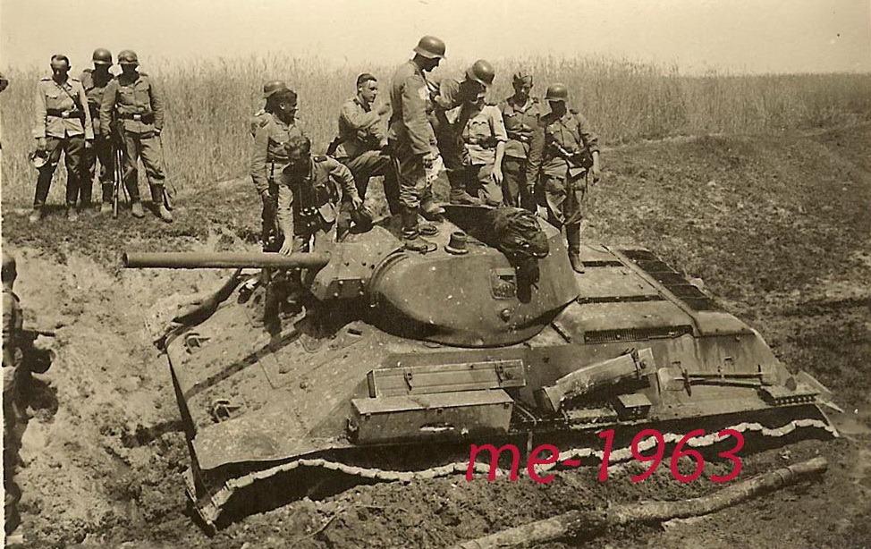 T-34_inspection_dead_bashnia.jpg