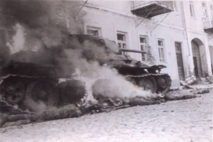 T-34_Slonim_burns_dead.jpg