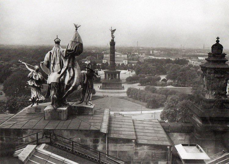 Вид с крыши Рейхстага на Кроль-Оперу.jpg