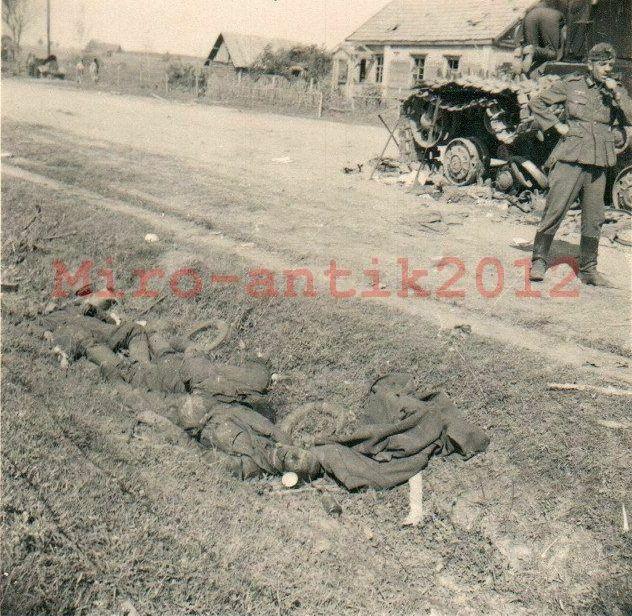 KV-2_Ostrov_dead_tankists.jpg