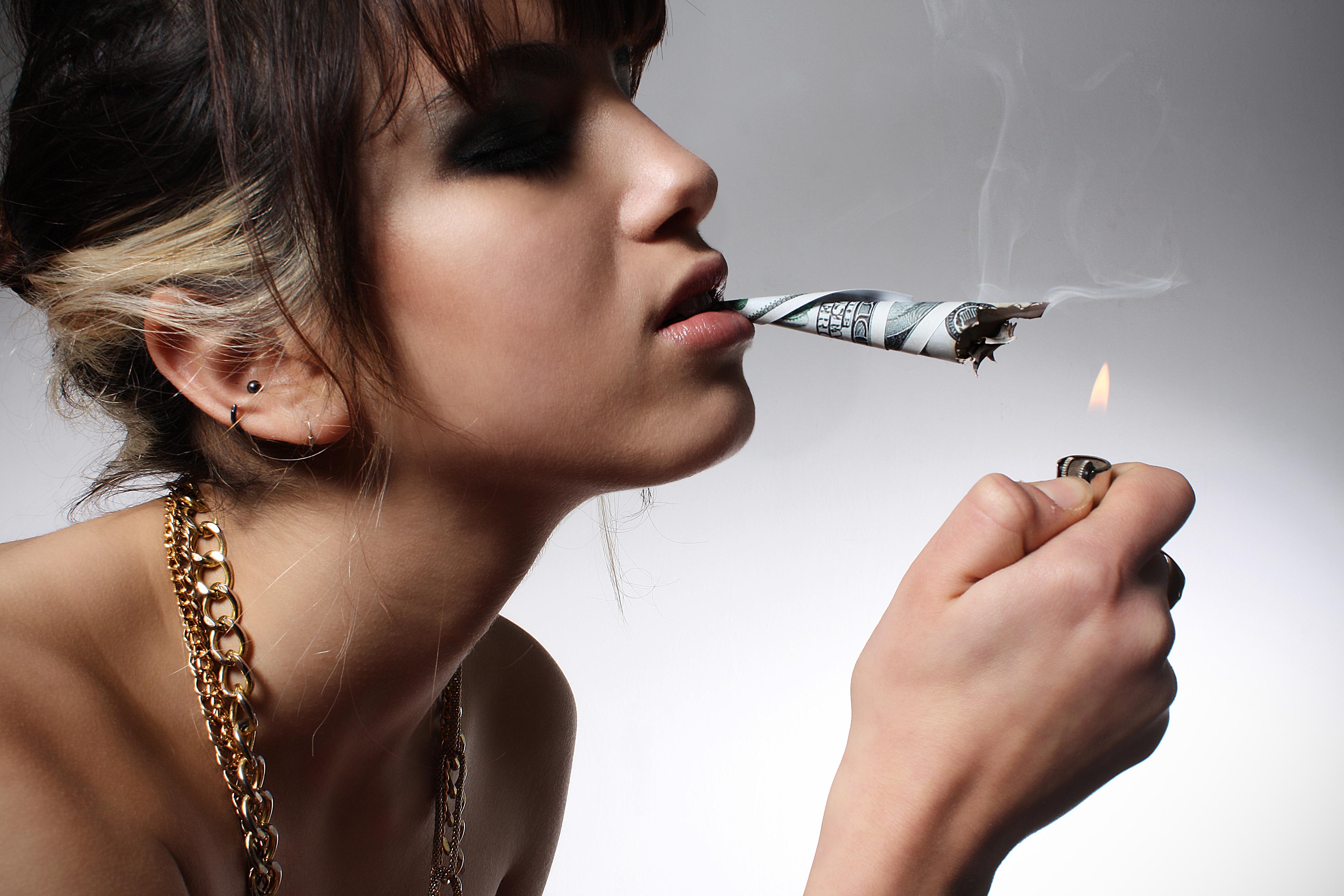 devushka-dollar-sigareta-kosyak
