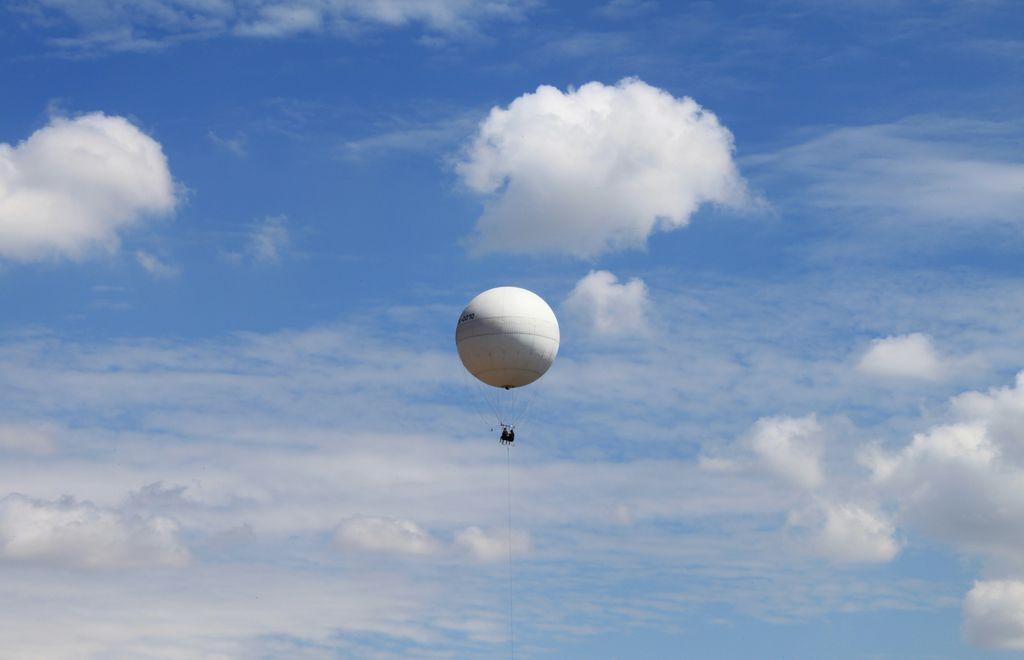 Над землёй воздушный шар плывёт...