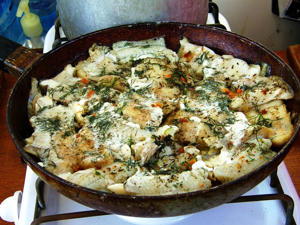 Камбала, запечённая в сковороде по-походному