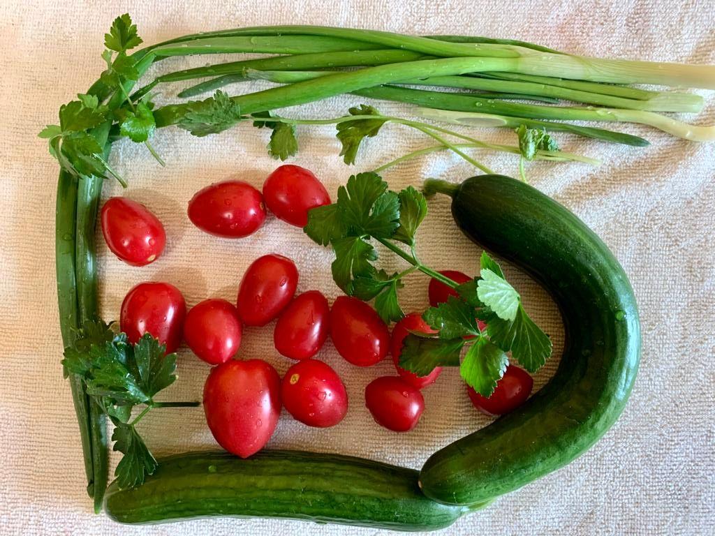 Салат из брокколи и цветной капусты с овощами и зеленью