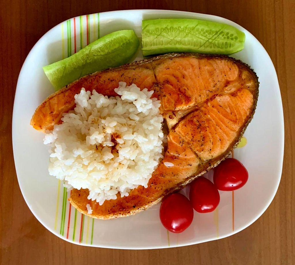 Лосось с рисом и овощами