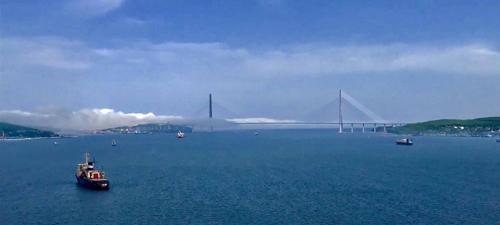 Морской пейзаж с видом на Русский мост