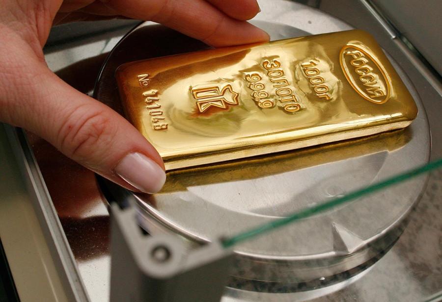 слиток золота на весах