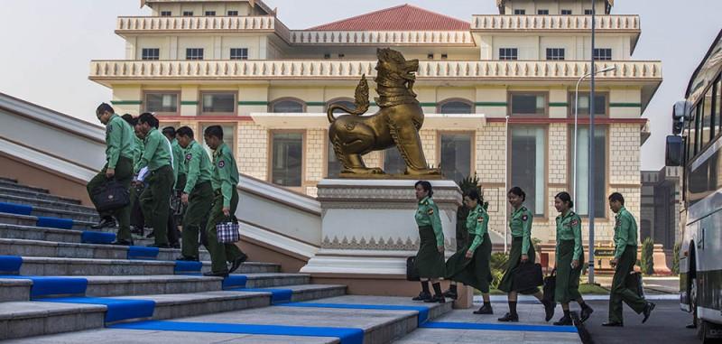 Депутаты от вооруженных сил направляются на сессию парламента Мьянмы. Фото The Irrawaddy.