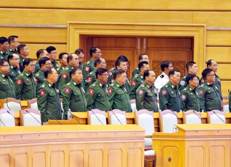 Депутаты от вооруженных сил стоя протестуют после решения парламента о создании комитета по внесению изменений в Конституцию.
