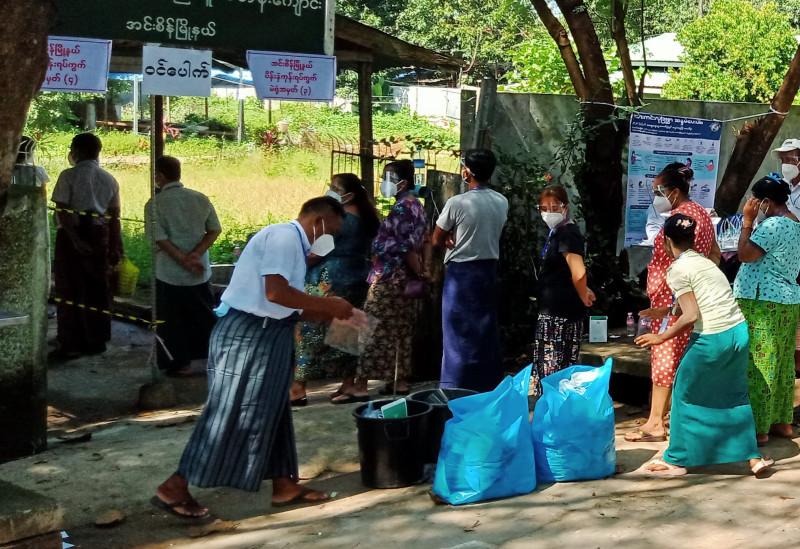 На входе в избирательный участок пришедшие голосовать избавлялись от своих масок, кидая их в мусорные ведра и пластиковые мешки.
