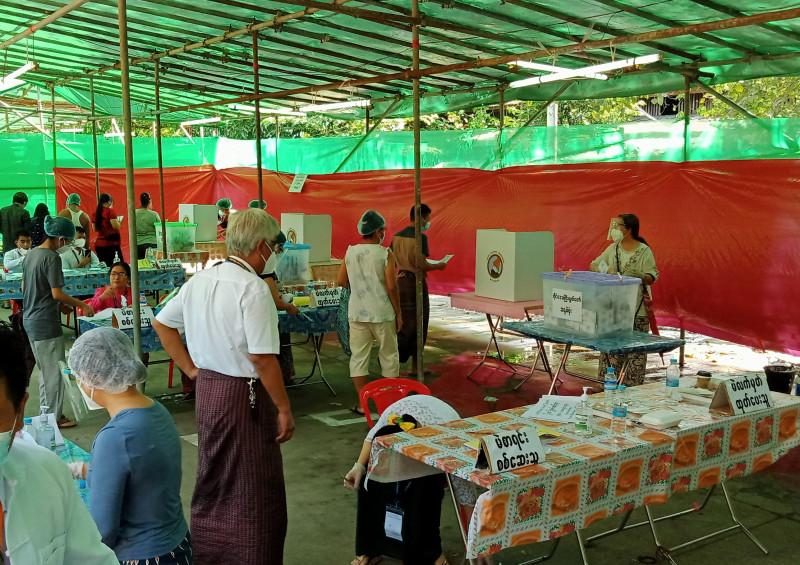 Голосование проходит в три этапа – избиратель каждый раз регистрируется у сотрудников избиркома и получает по одному бюллетеню – для голосования за своего кандидата в обе палаты парламента и в региональное собрание. Представители некоторых национальных меньшинств (в Янгоне это карены и ракхайнцы) получают еще один бюллетень - для выбора своего «этнического» министра в региональном правительстве.