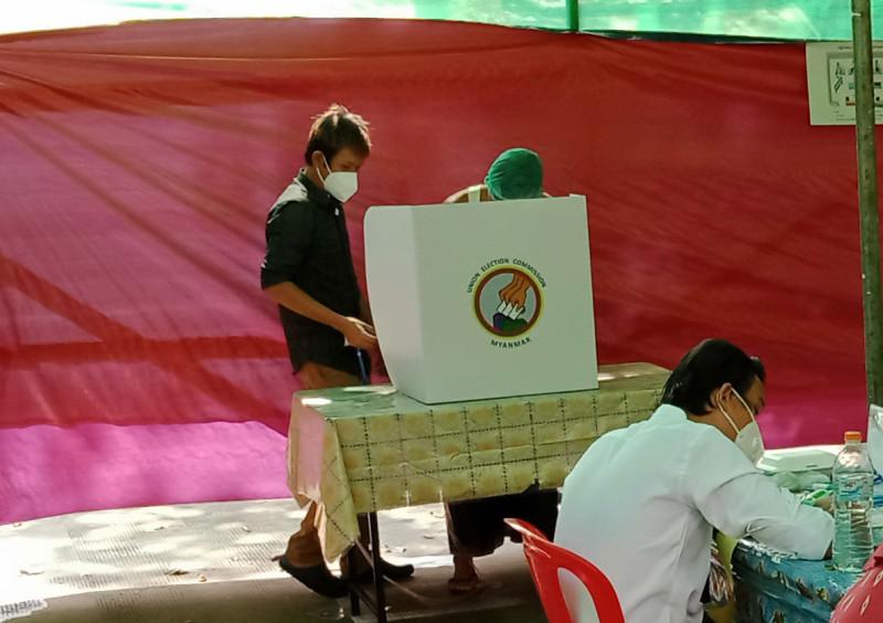 После получения каждого бюллетеня избиратель направляется с ним за расположенную рядом со столом регистрации специальную выгородку с эмблемой Союзного избиркома. Здесь его ждет штемпель с чернильной подушкой. Обезличенность процедуры голосования и тайна выбора конкретного человека обеспечивается тем, что человек не ставит галочки напротив имени и партии кандидата, а пропечатывает нужный квадратик штемпелем.