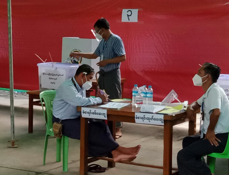 Затем избиратель бросает бюллетень в соответствующий пластиковый ящик для голосования. Каждый раз это ящик с крышкой другого цвета: зеленая крышка – нижняя палата парламента, синяя – верхняя палата, светло-фиолетовая – региональное собрание.