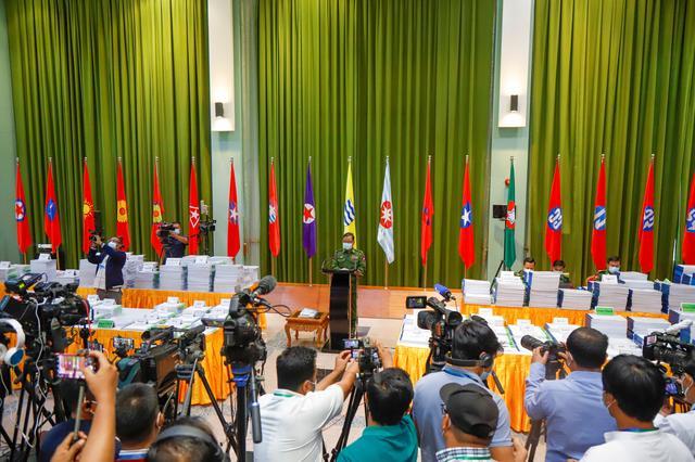 Представитель вооруженных сил Мьянмы бригадный генерал Зо Мин Тун выступает на пресс-конференции в Музее Сил обороны в Нейпьидо 26 января.